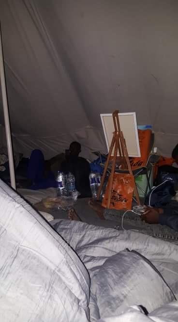 Der er lige plads til staffeliet i teltet.